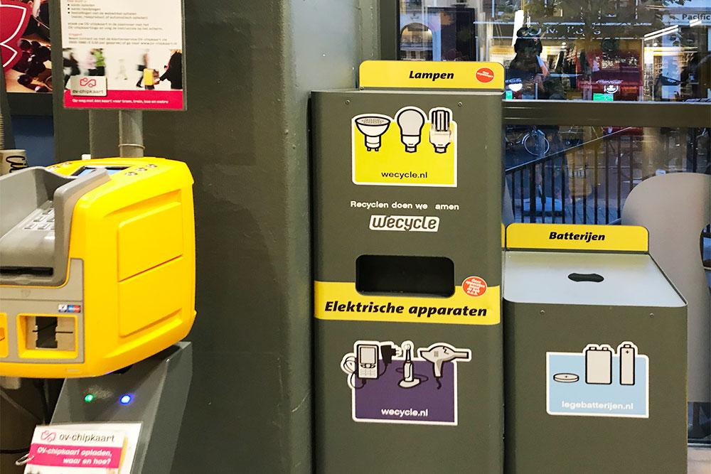 Контейнеры в супермаркете для лампочек, батареек и мелких электроприборов
