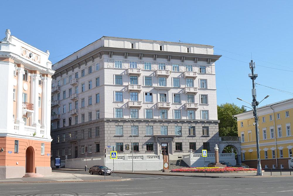 «Дом № 1» у самого кремля. Раньше в нем жило советское руководство. Говорят, под домом есть бомбоубежище и подземный ход в кремль