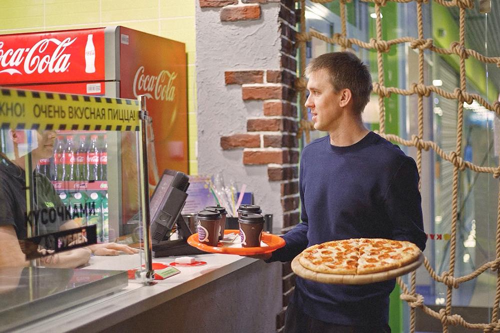 Юрий в пиццерии занимается и стратегическим управлением, и работает наравне со всеми: моет посуду, принимает заказы и собирает пиццу