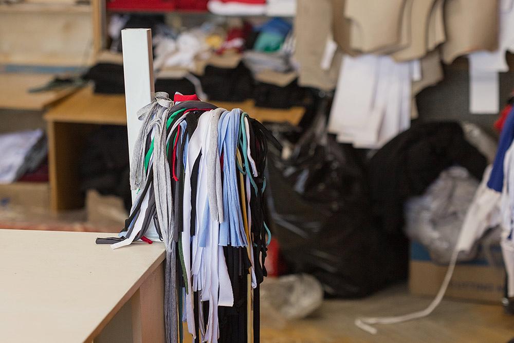 Если технолог и раскройщики сделают свою работу грамотно и аккуратно, то остатков ткани будет мало