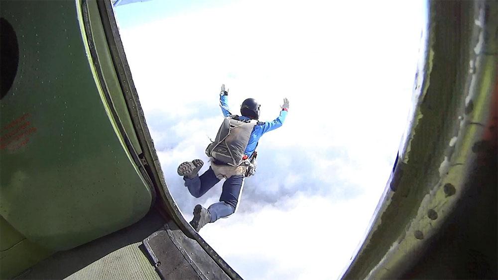 Большую часть прыжков «по классике» придется совершить с парашютами Д-1-5У или П1-У - они стабильно раскрываются в любом положении и позволяют безопасно освоить позу свободного падения