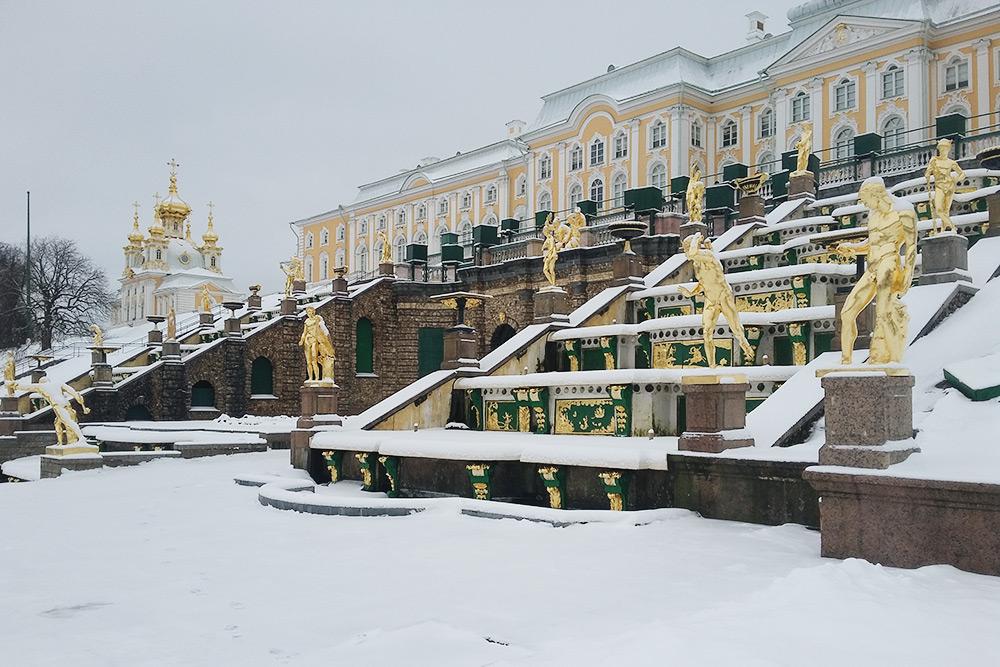На мой взгляд, золотые скульптуры петергофских фонтанов под{amp}amp;nbsp;снегом смотрятся менее пафосно, чем летом