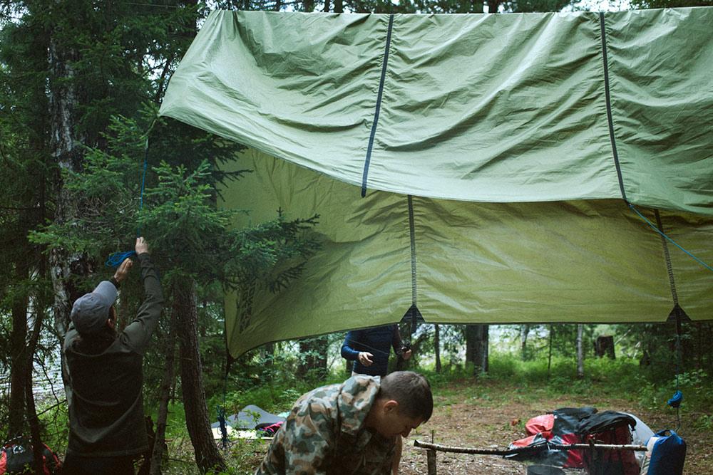 За тенты в команде отвечает специальный человек: он первым бежит на место нового лагеря и оценивает, где какой натягивать
