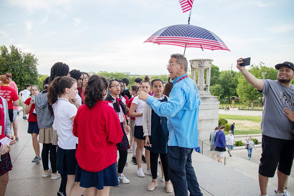 Зонтик в цветах американского флага с американским флагом — очень по-американски. Флаги здесь на каждом шагу: на домах, магазинах и офисах