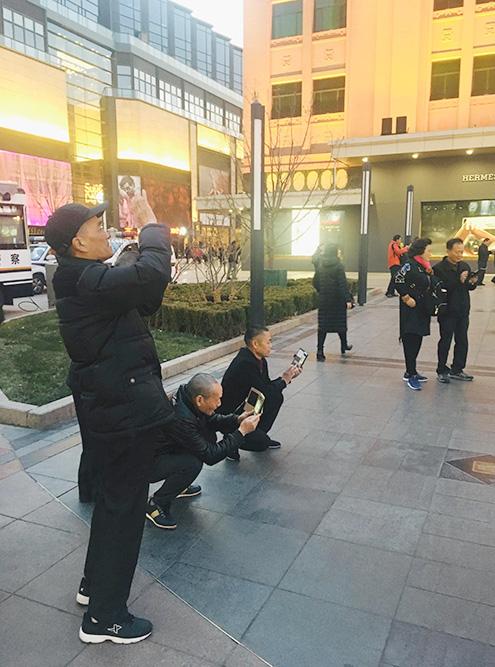 Китайцы постоянно всё фотографируют. Наверняка много раз захотят сфотографировать и вас