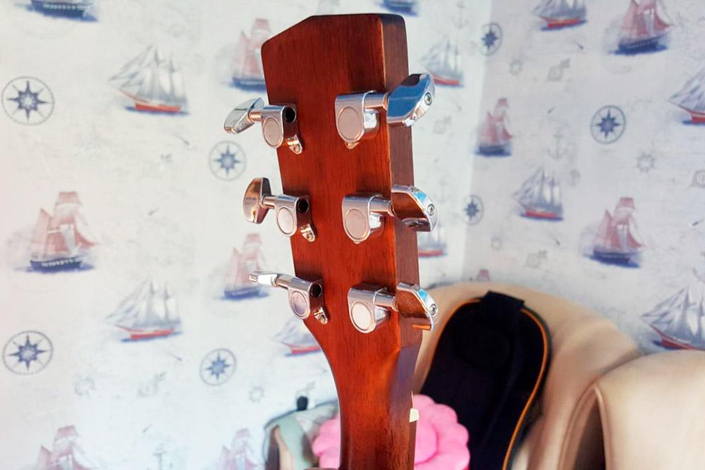 Колковый механизм на акустической гитаре