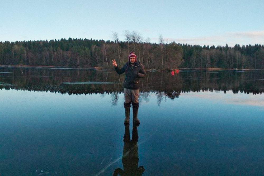 Когда озеро замерзает, мы гуляем по кристально прозрачному льду и фотографируем пейзажи. Если есть настроение — надеваем коньки и катаемся по всему озеру
