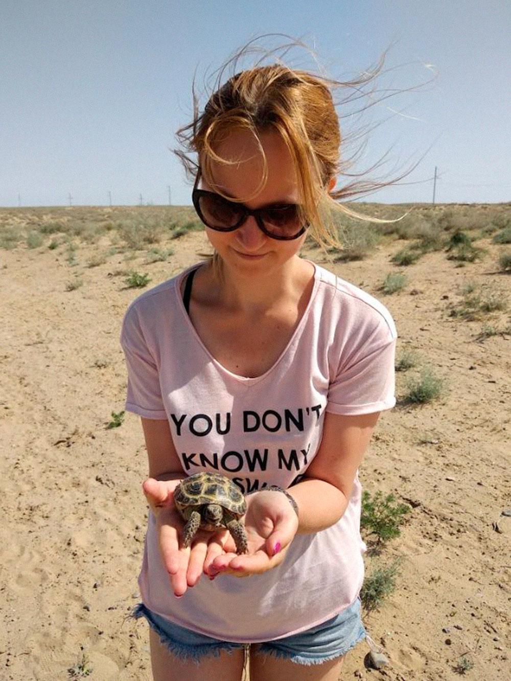 В районе Аральска мы увидели краснокнижных черепах, которые выползали из степи на дорогу и попадали подколеса проезжающих мимо фур. Мы останавливались каждый раз, когда видели черепах, чтобы отнести их подальше в степь