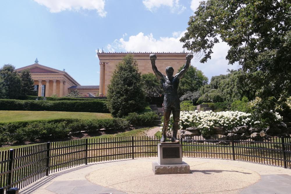 Одна из самых известных достопримечательностей города — статуя Рокки напротив музея искусств, по ступенькам которого и бежал герой фильма «Рокки Бальбоа»