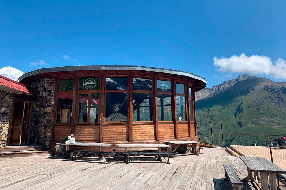 У кафе «Ай» есть веранда с потрясающим видом на горы. Посидеть здесь и отдохнуть — настоящее удовольствие после полутора часов ходьбы
