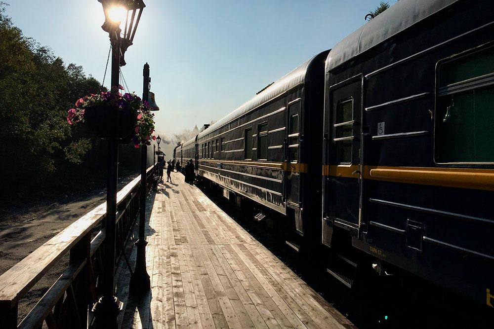 «Интерфакс» пишет, что к лету 2020 года РЖД планирует продлить железнодорожную линию на 1 км до мраморного вокзала в Рускеале. Он сохранился с начала прошлого века. Фото: Григорий Мартишин