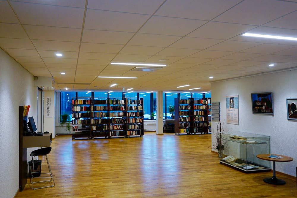 Важная особенность библиотеки университета в Тарту — большое количество книг в открытом доступе. Их не нужно специально заказывать, можно просто взять с полки и начать читать