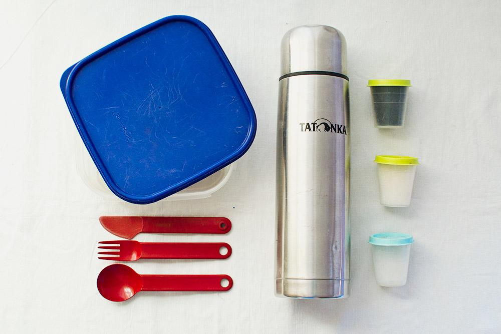 Мы взяли с собой пластиковый контейнер, столовые приборы и термос, чтобы пить горячий чай по пути. Из продуктов — немного чая, сахара и соли. Остальную еду покупали в магазинах