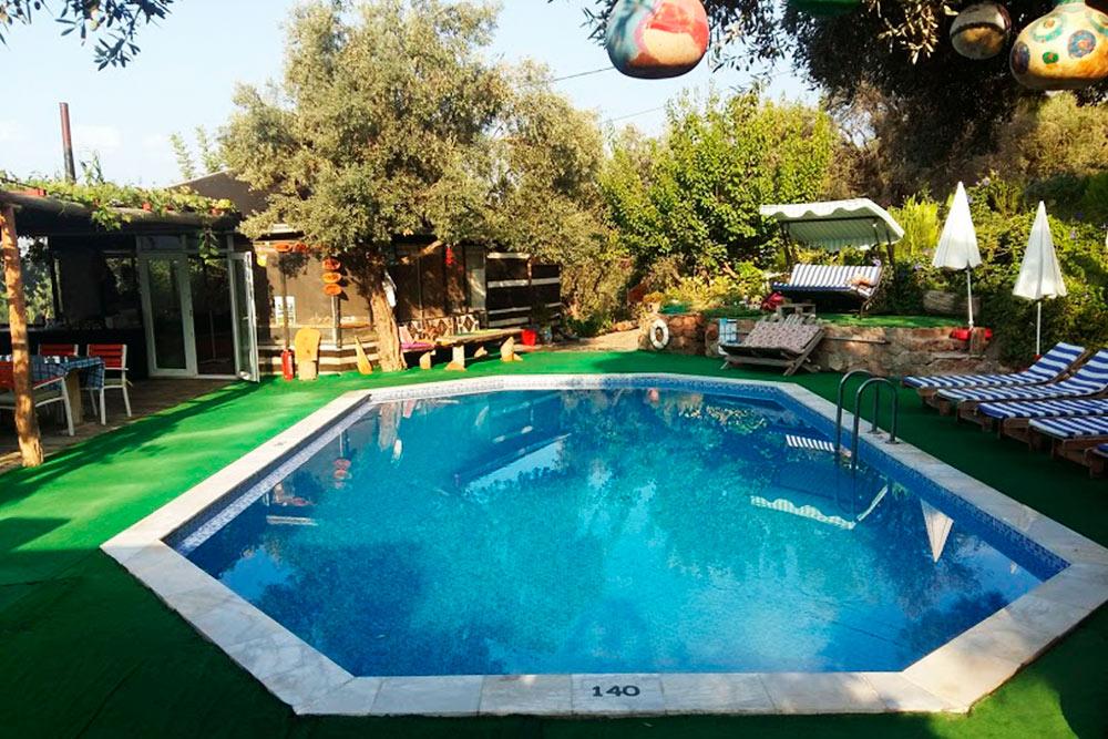 Уютная зона отдыха с бесплатным бассейном, шезлонгами и зонтиками