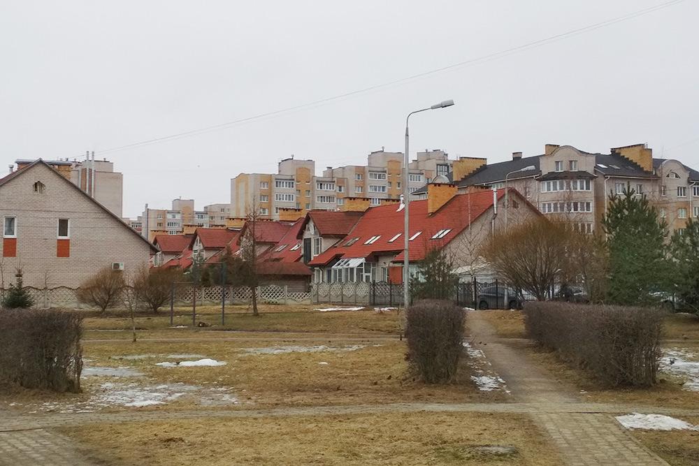 После того как вокруг Белого Города появились многоэтажки, район стал выглядеть не так привлекательно. Сейчас таунхаус с гаражом и участком 6 соток можно купить за 13,5млн рублей