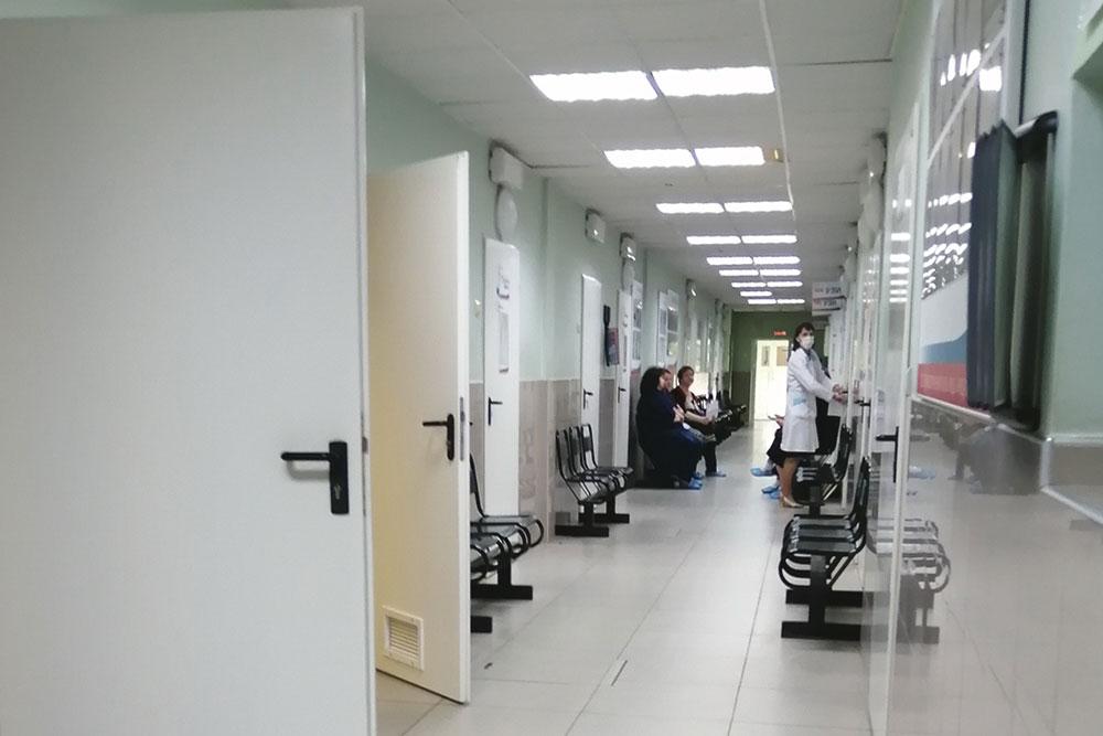 Внутри железнодорожной поликлиники тихо и спокойно, недавно сделали ремонт