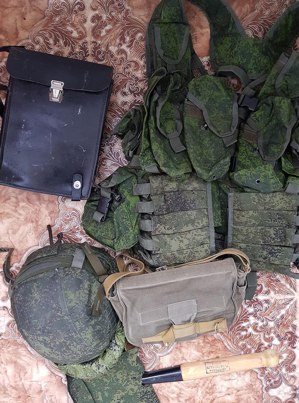 Планшет для тетрадей и карандашей, жилет-разгрузка с карманами под боеприпасы, рации, каска, противогаз в сумке, саперная лопата
