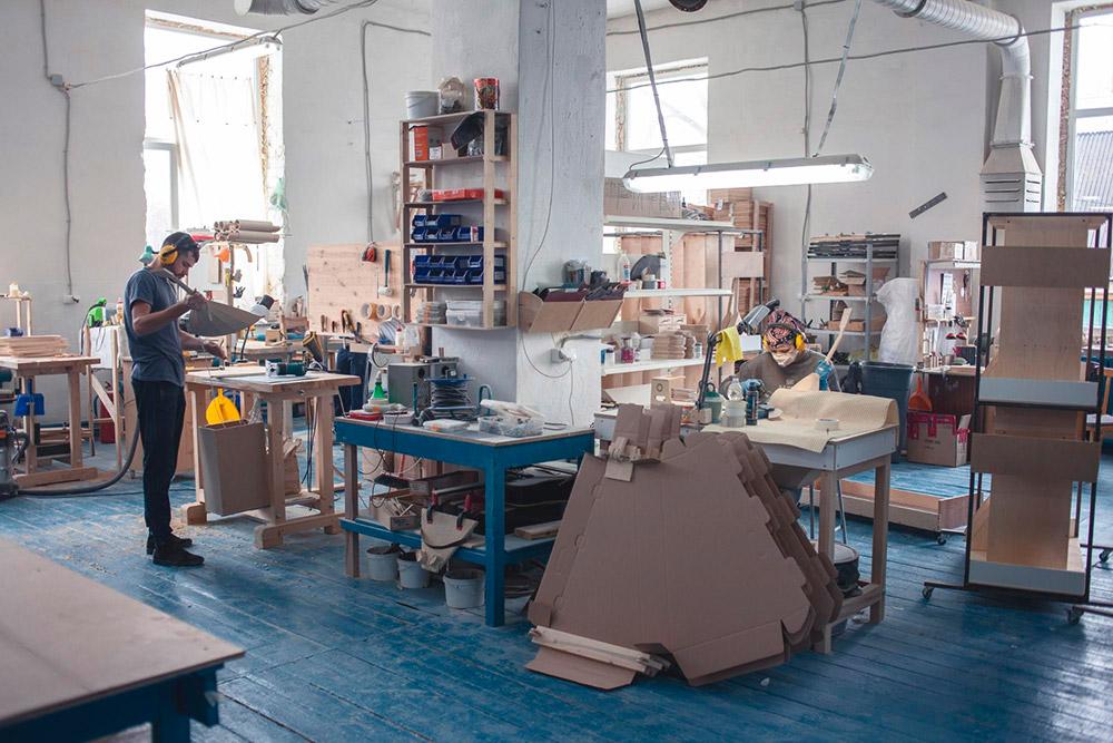 Все пространство мастерской поделено на рабочие сектора