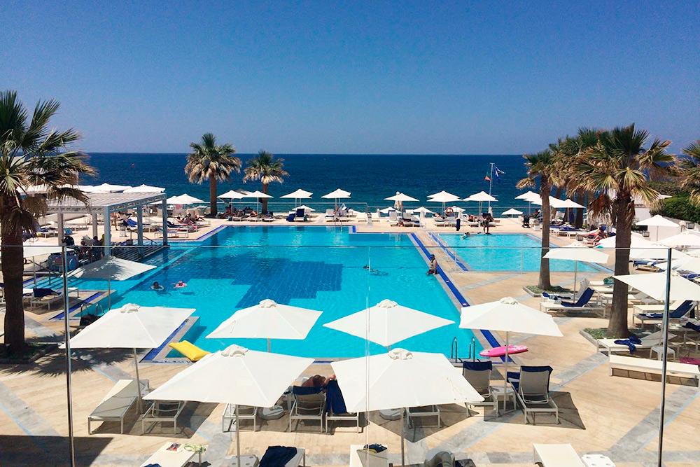 Большинство отелей на северном побережье расположены на первой линии — до моря несколько минут пешком