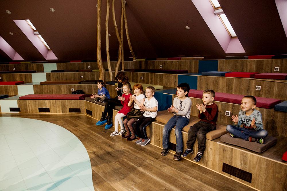 В актовом детском зале дети ставят спектакли и смотрят представления приглашенных творческих коллективов