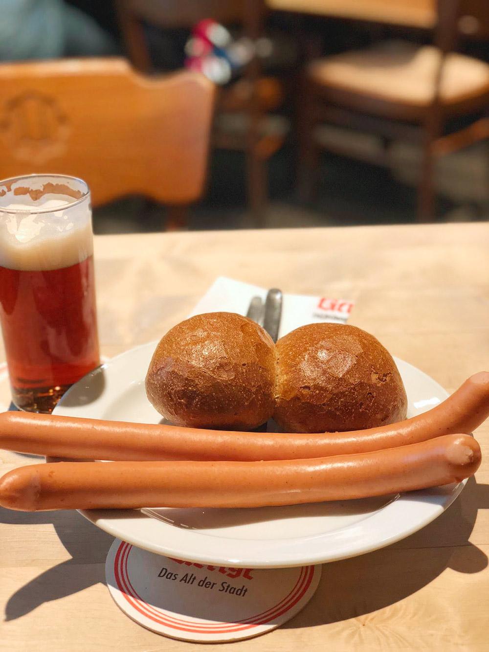 Мой обед в одном из баров в старом центре обошелся в 8€ (577 р.)