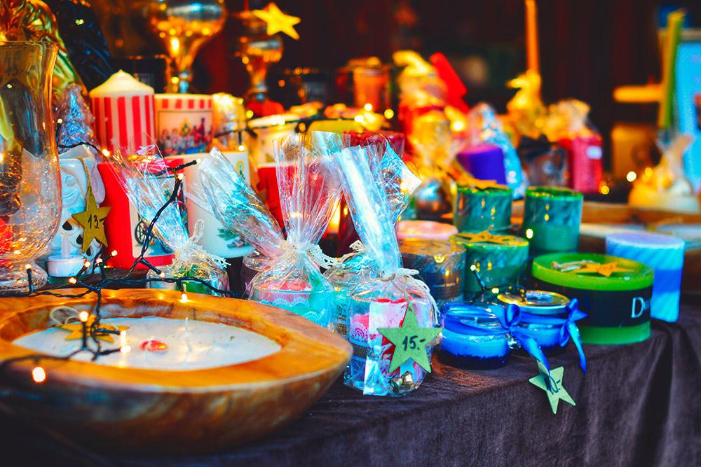 На рождественской ярмарке продают не только еду: тут можно купить свечки, статуэтки, украшения и сладости
