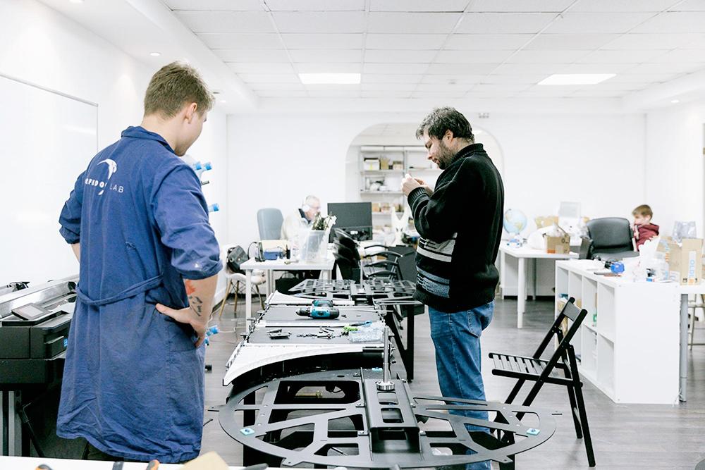Типичные будни в лаборатории проходят за сборкой устройств, которых ранее не существовало. Эта сортировочная машина для супермаркетов перевернет рынок ритейла