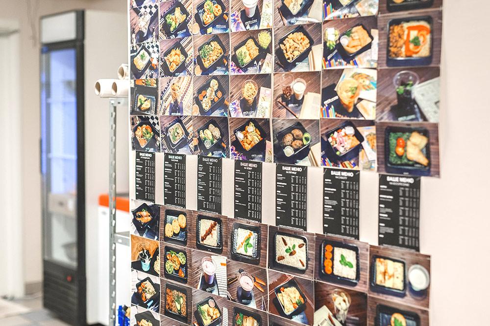 На стене висят подсказки для поваров, как должны выглядеть блюда из меню
