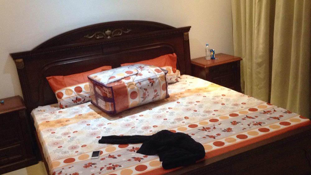 В спальне у меня все просто — кровать, шкаф, тумбы, кондиционер