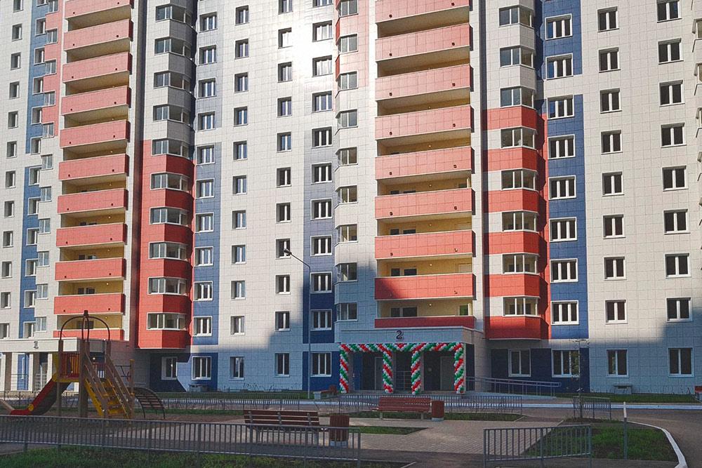 Новый дом, построенный для участников программы социальной ипотеки. Однокомнатная квартира площадью 38 м² в таком доме может стоить 1,6 млн рублей. В обычных новостройках цены на такую квартиру начинаются от 2,5 млн рублей