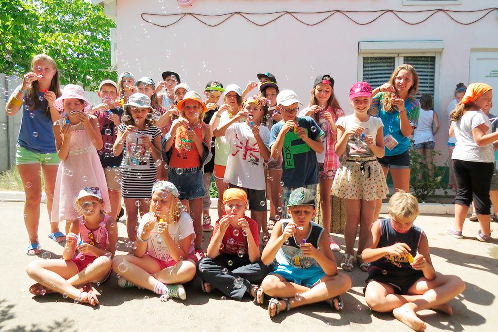 Общая фотография нашего отряда на фоне магазина. Дети часто покупали там мороженое. Несмотря на то что магазин находился на территории лагеря, ходить туда можно было только в сопровождении вожатых