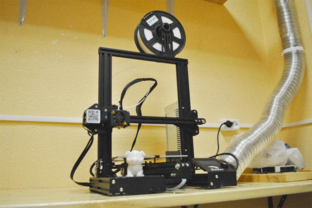Среди покупателей 3Д-принтеров бытует мнение, что первым изделием на новом оборудовании должна быть игрушечная собачка. От принтера вверх уходит гофрированная труба, которая отводит запах