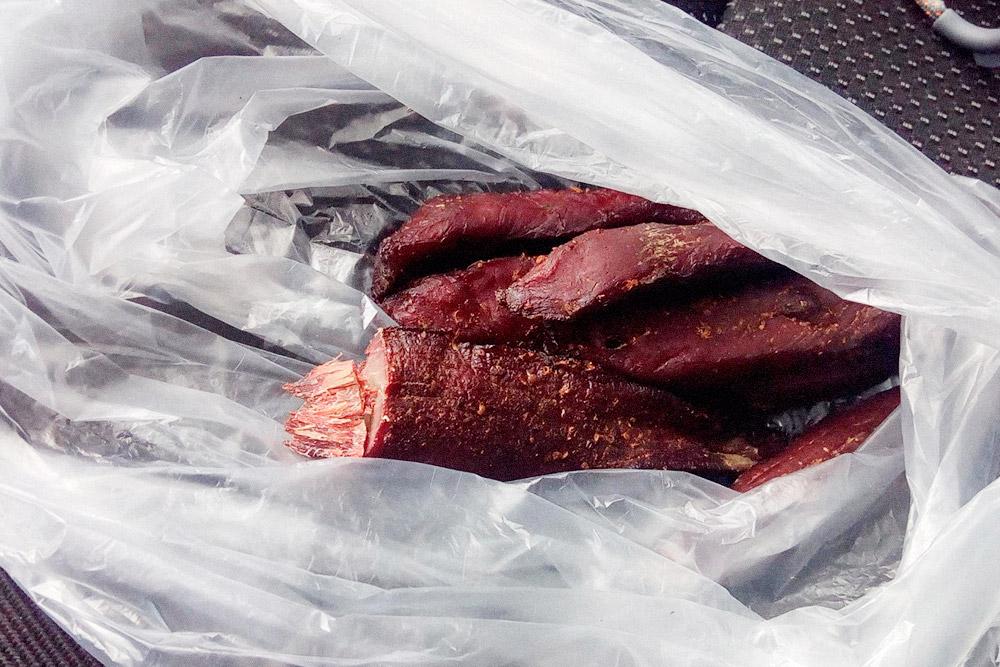 В одну из предыдущих поездок я купил тут копченое мясо косули. Оно очень нежное. 250граммов — 500 р.. В эту поездку у рынка не останавливался