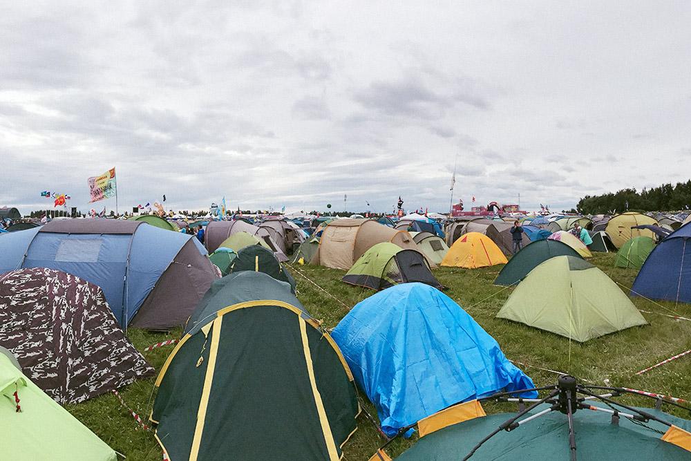Большие компании расставляют палатки так, чтобы в центре оставался участок общей территории дляпосиделок. Внешние границы обозначают лентой, чтобы личное пространство не нарушали посторонние