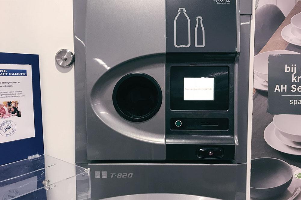 Во многих магазинах есть автоматы, которые принимают стеклянные и пластиковые бутылки. За сданные бутылки аппарат выдает чек, его можно потратить на продукты в магазине. Например, на чек за 5 бутылок из-под вина можно купить полбулки хлеба, 1 кг бананов и коробку питьевого йогурта