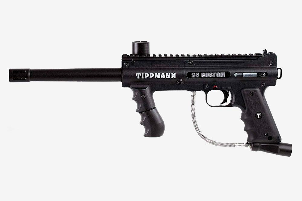 Механический маркер Tippmann98 Custom. Настоящий ветеран из мира пейнтбола. Часто используется в пейнтбольных клубах в качестве прокатного оборудования из-за своей дешевизны и неубиваемости. Модель устаревшая, но все еще в ходу
