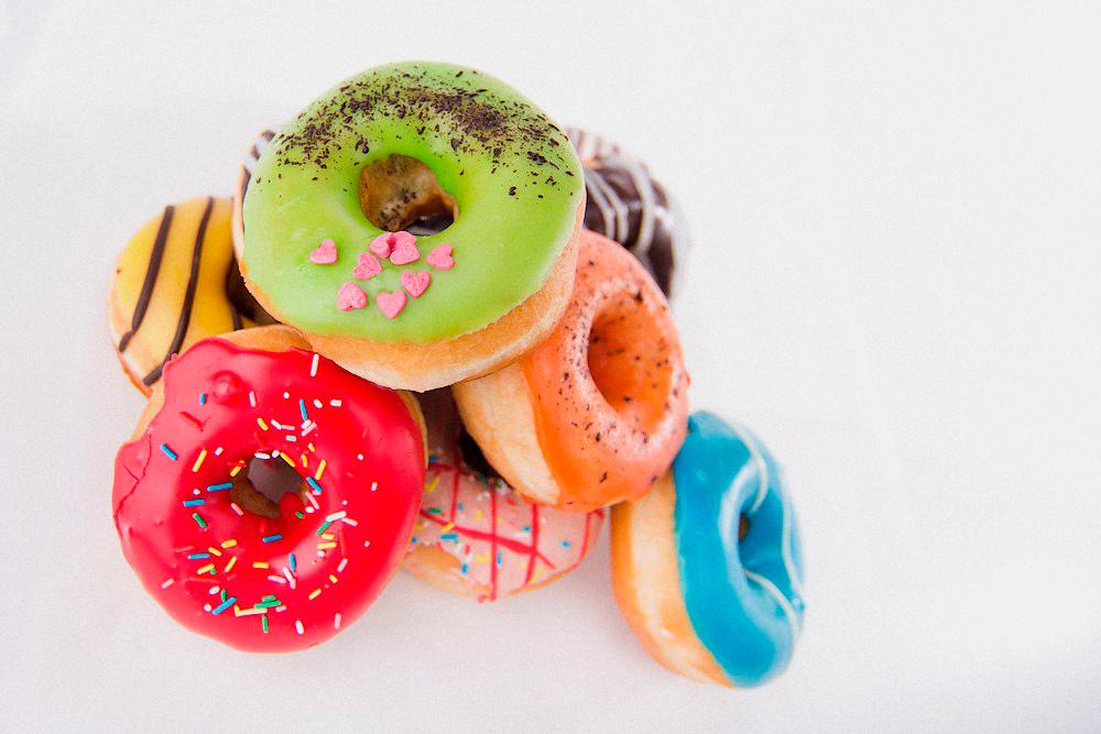 Себестоимость пончика с глазурью и начинкой — 10 рублей. Из них 7 рублей уходят на глазурь и начинку, 2 рубля — на тесто. Остальное — на масло, дрожжи и воду