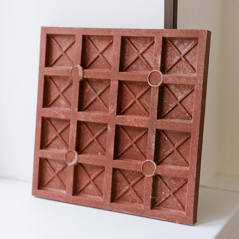 Из использованной упаковки «Холи Корн» получается такая полимерная плитка