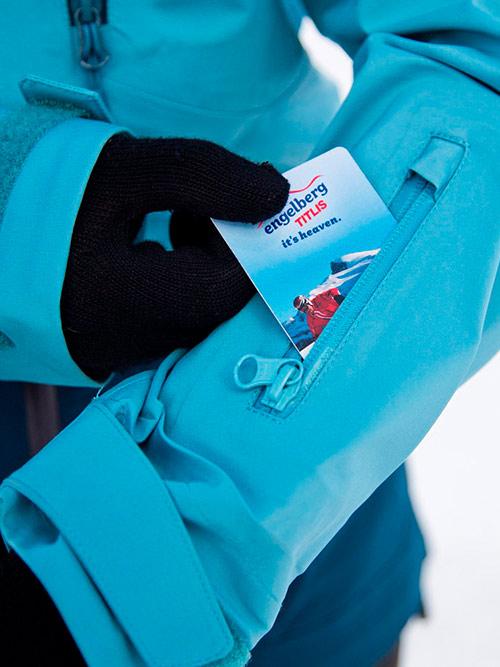 Нагрудный карман тоже подойдет, но прикладывать к валидатору руку все равно удобнее