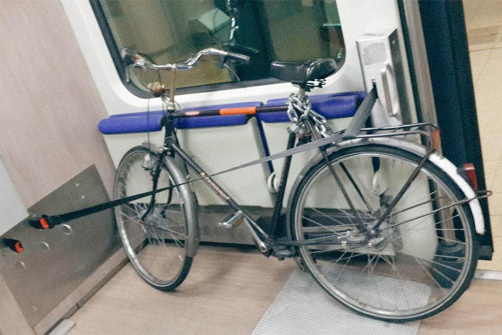 В пригородном поезде Нидерландов были специальные места для велосипедов. Цена перевозки — 6,20€ (465 р.)