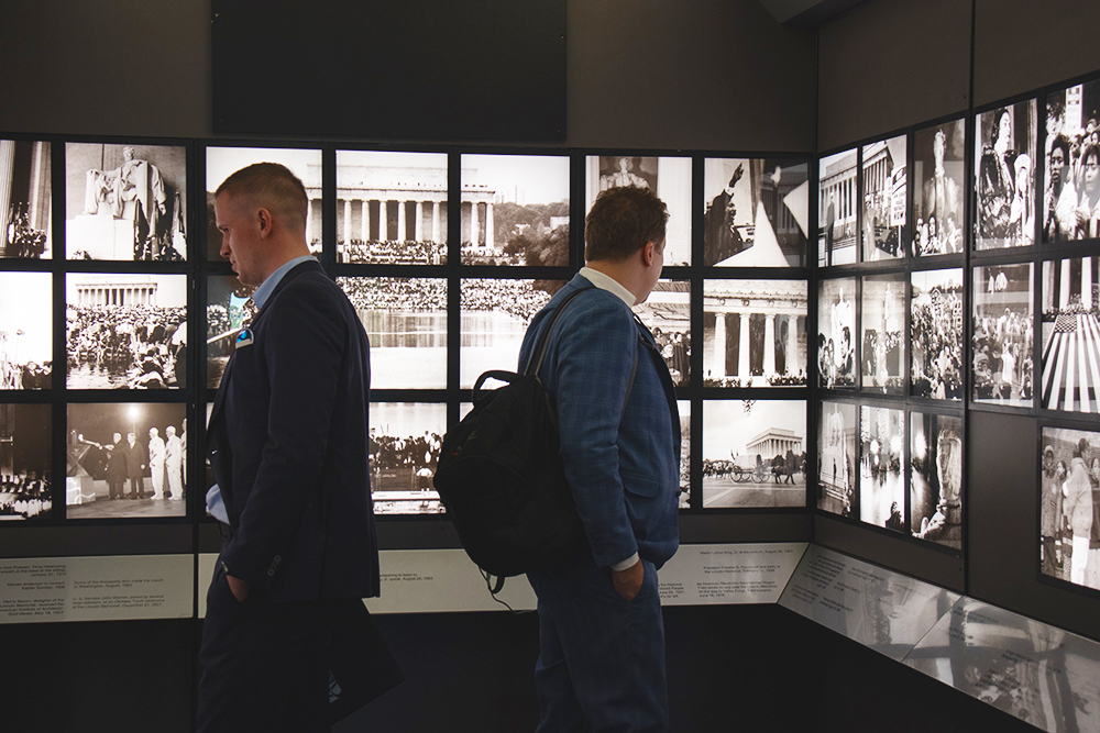 Экспозиция на первом этаже монумента состоит в основном из фото