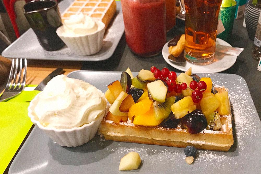 В Брюгге мы не устояли и все-таки заказали вафли с фруктами и взбитыми сливками. Для&nbsp;разнообразия запили бодрящим смузи, а не пивом. Завтрак в домашнем кафе обошелся в 15€ (1095<span class=ruble>Р</span>)