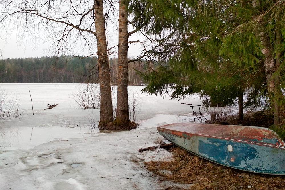 У нас спокойный поселок. Жители хранят лодки прямо на берегу, тут не воруют