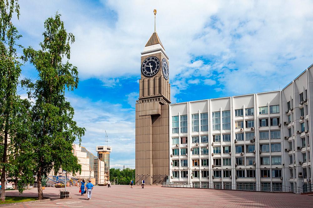 На здании администрации у нас свой Биг-Бен. Часы «бьют» каждый час по количеству часов. Автор: saiko3p / Shutterstock