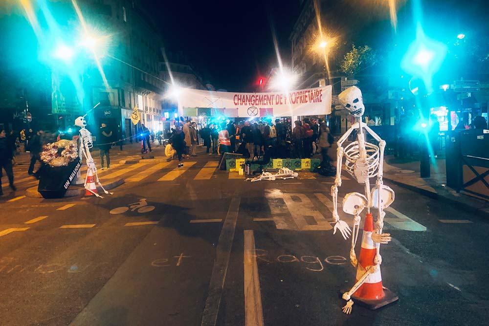 Вот одна из манифестаций в защиту экологии, которая ежегодно проходит в крупных городах по всему миру. В Париже манифестанты обычно стараются заблокировать какую-нибудь центральную улицу, чтобы на них обратили больше внимания