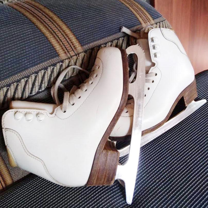 Профессиональные коньки «Аксель» российского производства: на пятке небольшой каблук, а у носка на лезвии — закругление с зубцами. Фото: Ольга Бабикова