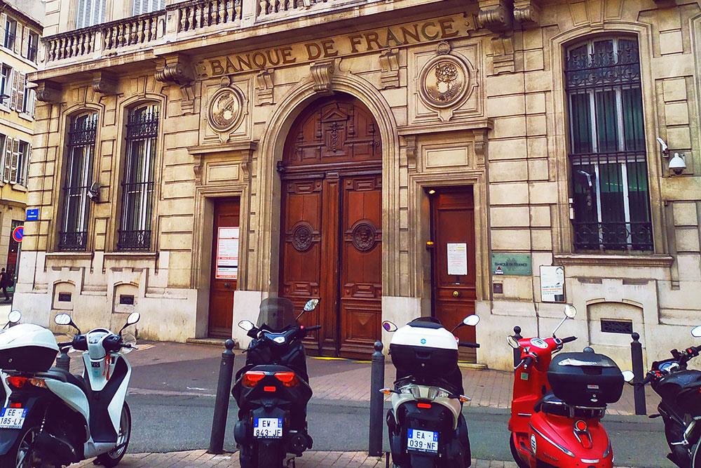 Банки в Марселе выглядят монументально