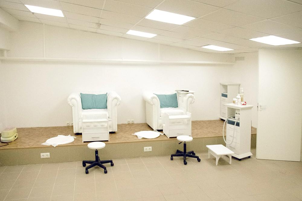 Это педикюрный кабинет. Все сделано удобно: в розетки у кресел мы включали лампу для сушки лака и специальный аппарат для педикюра со встроенным пылесосом. Он нужен, чтобы пыль от пяток и мозолей не летела на людей