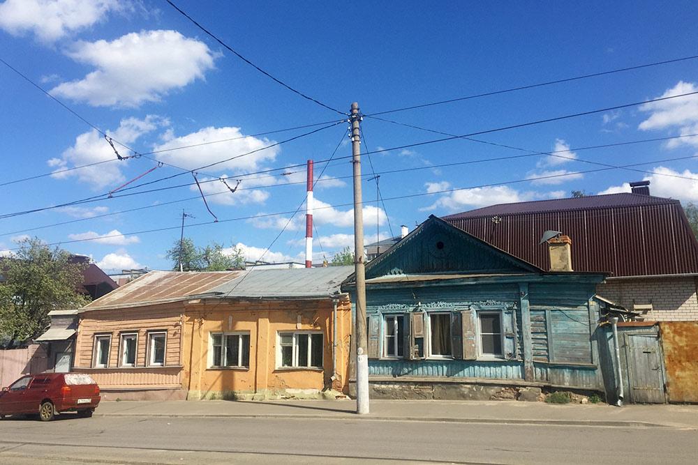 Частный сектор на Карачевской улице расположен параллельно центральной Комсомольской улице. Место больше напоминает поселок, а не город. В 19 веке на этой улице жили богатые купцы