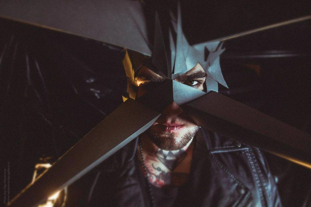 Видеостудия «Астра» — одни из соседей в «Икре». Они попросили Александру сделать маски и декорации для съемки клипа группы Grandees